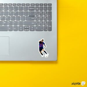استیکر لپ تاپ ریوالدو روی لپتاپ