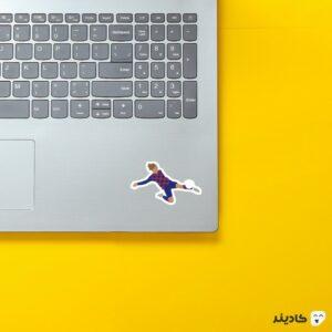 استیکر لپ تاپ گریزمان در بارسلونا روی لپتاپ