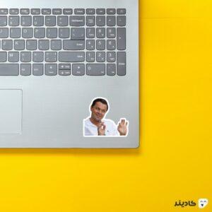 استیکر لپ تاپ میم لئو روی لپتاپ