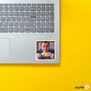 استیکر لپ تاپ بیت کوین روی لپتاپ