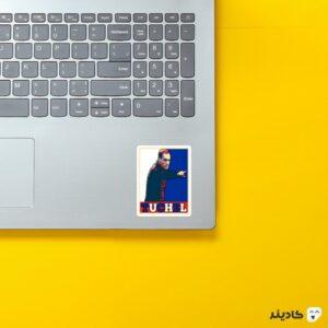 استیکر لپ تاپ توماس توخل روی لپتاپ