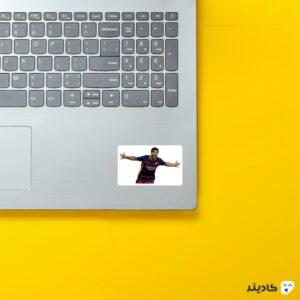 استیکر لپ تاپ خوشحالی سوارز روی لپتاپ