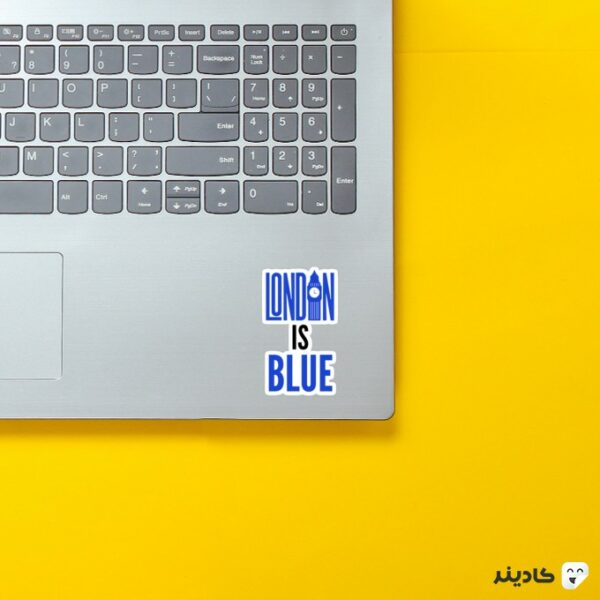 استیکر لپ تاپ رنگ لندن آبیه روی لپتاپ
