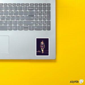 استیکر لپ تاپ حکیم زیاش روی لپتاپ