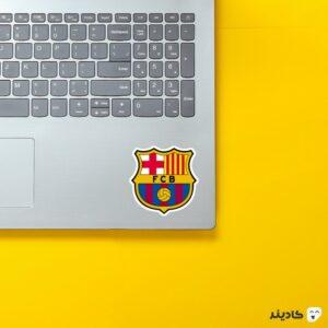 استیکر لپ تاپ لوگوی بارسلونا روی لپتاپ