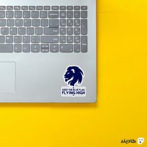 استیکر لپ تاپ پرچم آبی رو برافراشته نگه دار روی لپتاپ