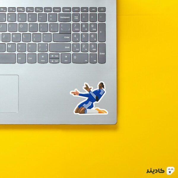 استیکر لپ تاپ دروگبا روی لپتاپ