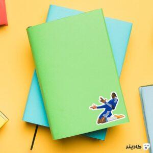 استیکر لپ تاپ دروگبا روی دفترچه