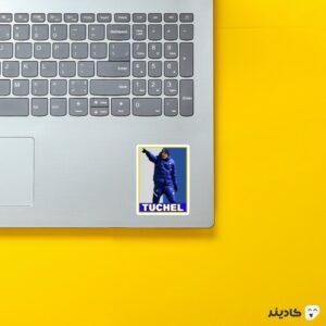 استیکر لپ تاپ پستر توماس توخل روی لپتاپ