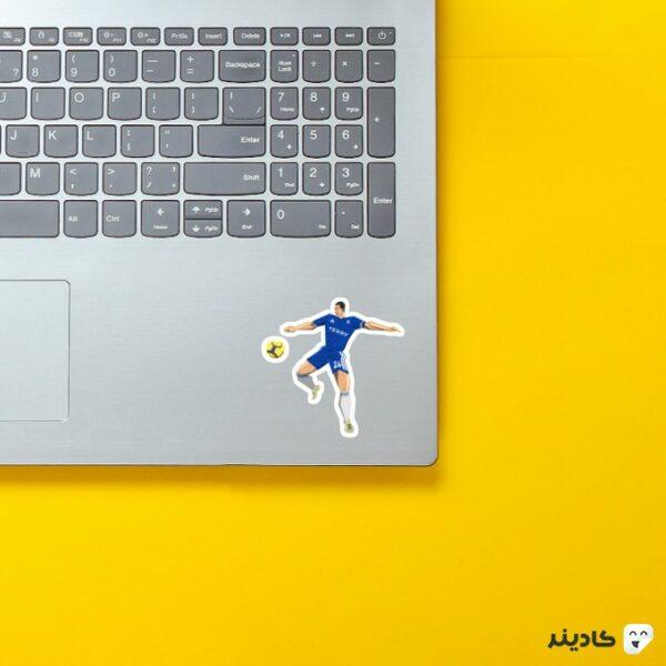 استیکر لپ تاپ کاپیتان جان تری روی لپتاپ