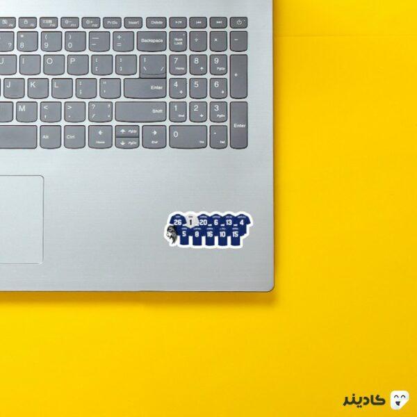 استیکر لپ تاپ چلسی 2004 روی لپتاپ