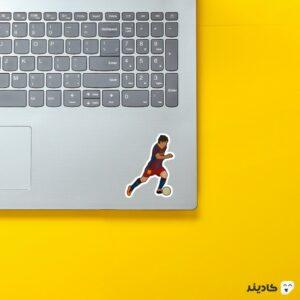 استیکر لپ تاپ پا به توپ مسی روی لپتاپ
