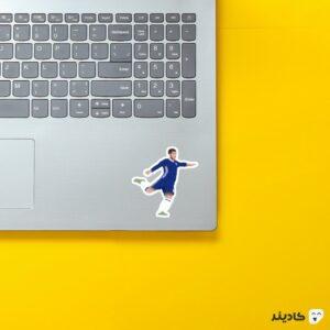 استیکر لپ تاپ شوت ادن هازارد روی لپتاپ