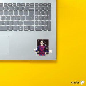 استیکر لپ تاپ گریزمان روی لپتاپ