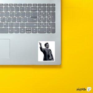 استیکر لپ تاپ گرگ وال استریت روی لپتاپ