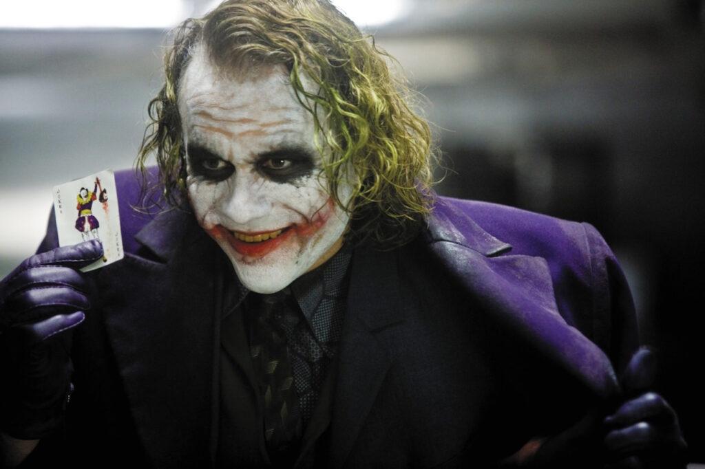 جوکر جزو شخصیتهای ضد قهرمان یا ابر شرور است، با این حال محبوبیت فراوانی میان مردم دارد. هیث لچر و فینکیس بخاطر بازی در نقش جوکر، جایزه اسکار بردهاند.