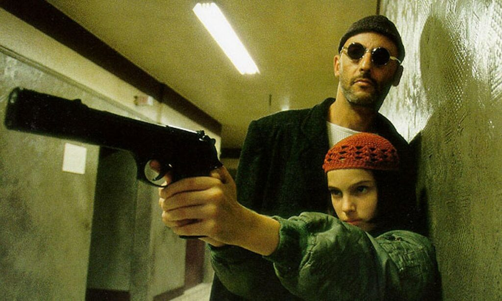 لئون حرفهای یکی از ماندگارترین فیلمهای تاریخ سینما است که با وجود داستانی خطی جذابیت زیادی دارد. این فیلم روایت زندگی یک آدمکش و یک دختر ۱۴ ساله است.