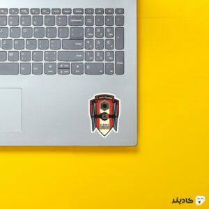 استیکر لپ تاپ محفل اول روی لپتاپ