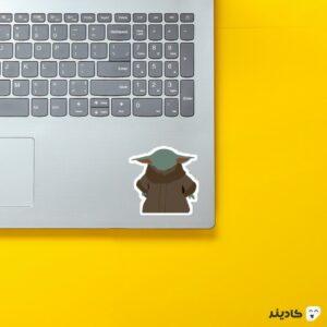 استیکر لپ تاپ بیبی یودا روی لپتاپ
