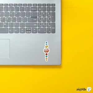 استیکر لپ تاپ سیارات روی لپتاپ