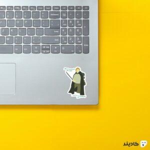 استیکر لپ تاپ شمشیر به دست روی لپتاپ