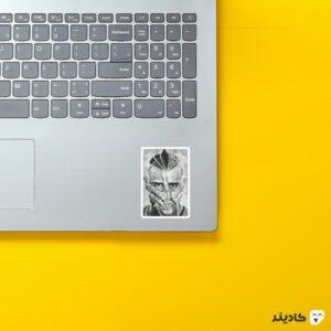 استیکر لپ تاپ ویدال روی لپتاپ
