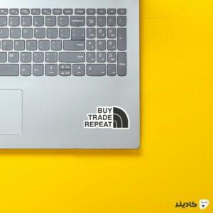 استیکر لپ تاپ چرخه معامله بیت کوین روی لپتاپ