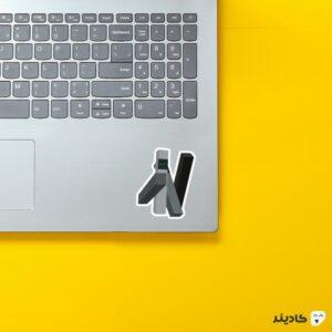 استیکر لپ تاپ تارس روی لپتاپ