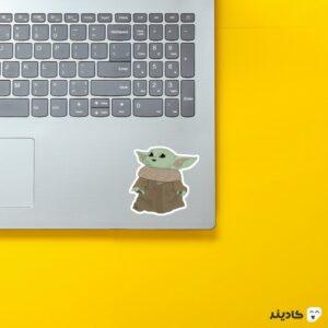 استیکر لپ تاپ بیبی یودا کارتونی روی لپتاپ