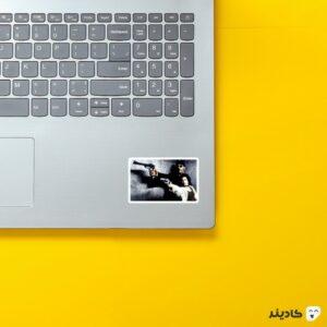 استیکر لپ تاپ لئون حرفه ای روی لپتاپ