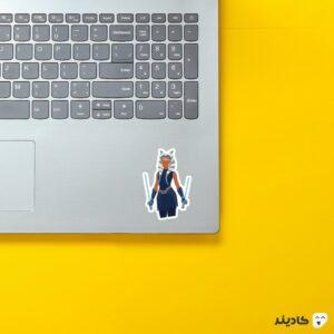 استیکر لپ تاپ بانو تانو روی لپتاپ