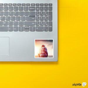 استیکر لپ تاپ اینتراستلار روی لپتاپ