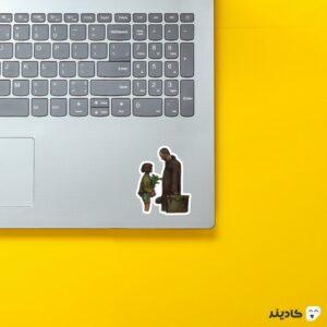 استیکر لپ تاپ لئون و ماتیلدا روی لپتاپ