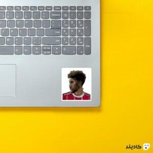 استیکر لپ تاپ کینگزلی کومان روی لپتاپ