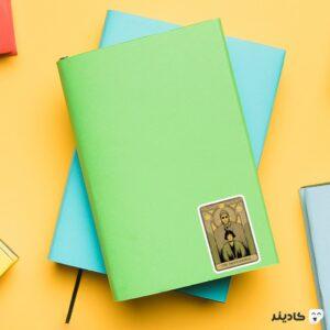 استیکر لپ تاپ لئون حرفه ای روی دفترچه