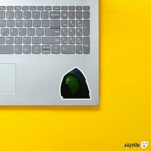استیکر لپ تاپ لرد کرمیت روی لپتاپ
