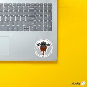 استیکر لپ تاپ سخن دورف ها روی لپتاپ