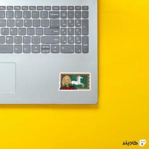 استیکر لپ تاپ تئودن روی لپتاپ