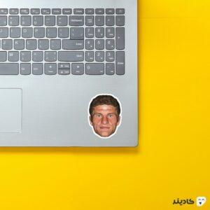 استیکر لپ تاپ چهره گرافیکی توماس مولر روی لپتاپ