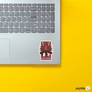 استیکر لپ تاپ لئون روی لپتاپ