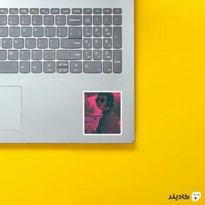 استیکر لپ تاپ ماتیلدا روی لپتاپ