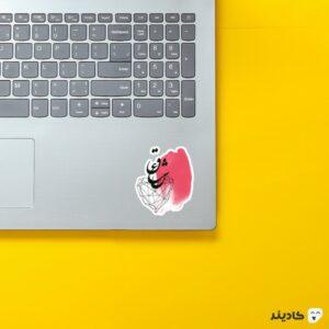 استیکر لپ تاپ تایپوگرافی واژه «عشق» روی لپتاپ