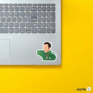 استیکر لپ تاپ جان لوییجی بوفون روی لپتاپ