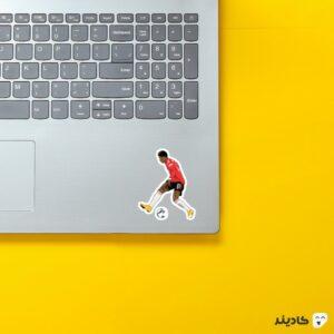استیکر لپ تاپ پا به توپ راشفورد روی لپتاپ