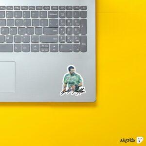 استیکر لپ تاپ جیجی بوفون روی لپتاپ