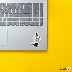 استیکر لپ تاپ فدریکو کیزا روی لپتاپ