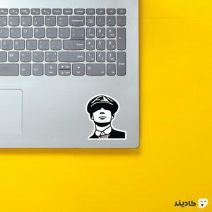 استیکر لپ تاپ پیکی بلایندرز، توماس شلبی روی لپتاپ