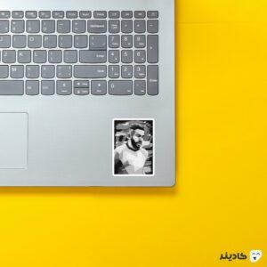 استیکر لپ تاپ محرز روی لپتاپ