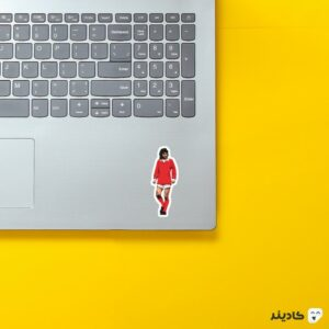 استیکر لپ تاپ جرج بست روی لپتاپ