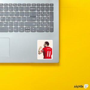 استیکر لپ تاپ پوستر رایان گیگز روی لپتاپ